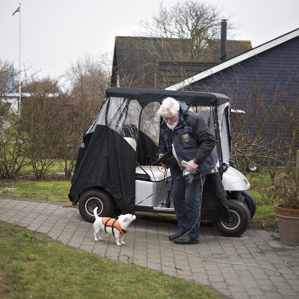 Edouard (Huckle) Rasmussen kom for 13 år siden, efter et langt liv som fisker. Han kalder stadig sig selv 'en af de nye tunboere'. Her bor han med sin kone og sin hund, og båden ligger på havnen.