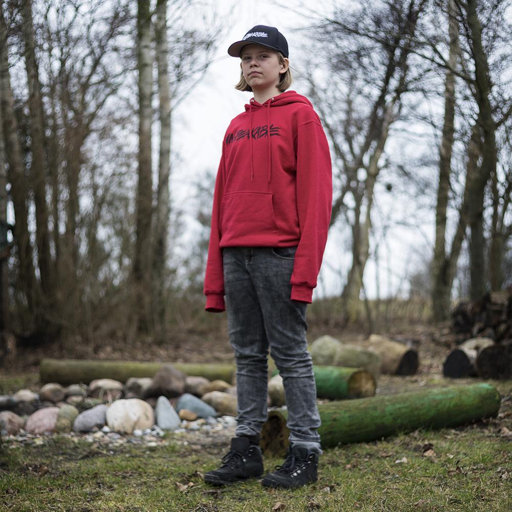Skolelærerens søn, Anton Knudsen går i 5. klasse. Han skulle have haft dansk i første time, men da han var eneste barn i skolen denne torsdag, fik han lov at lave matematik istedet, for det havde han mere lyst til. Der er en frihed ved at være barn på Tunø.
