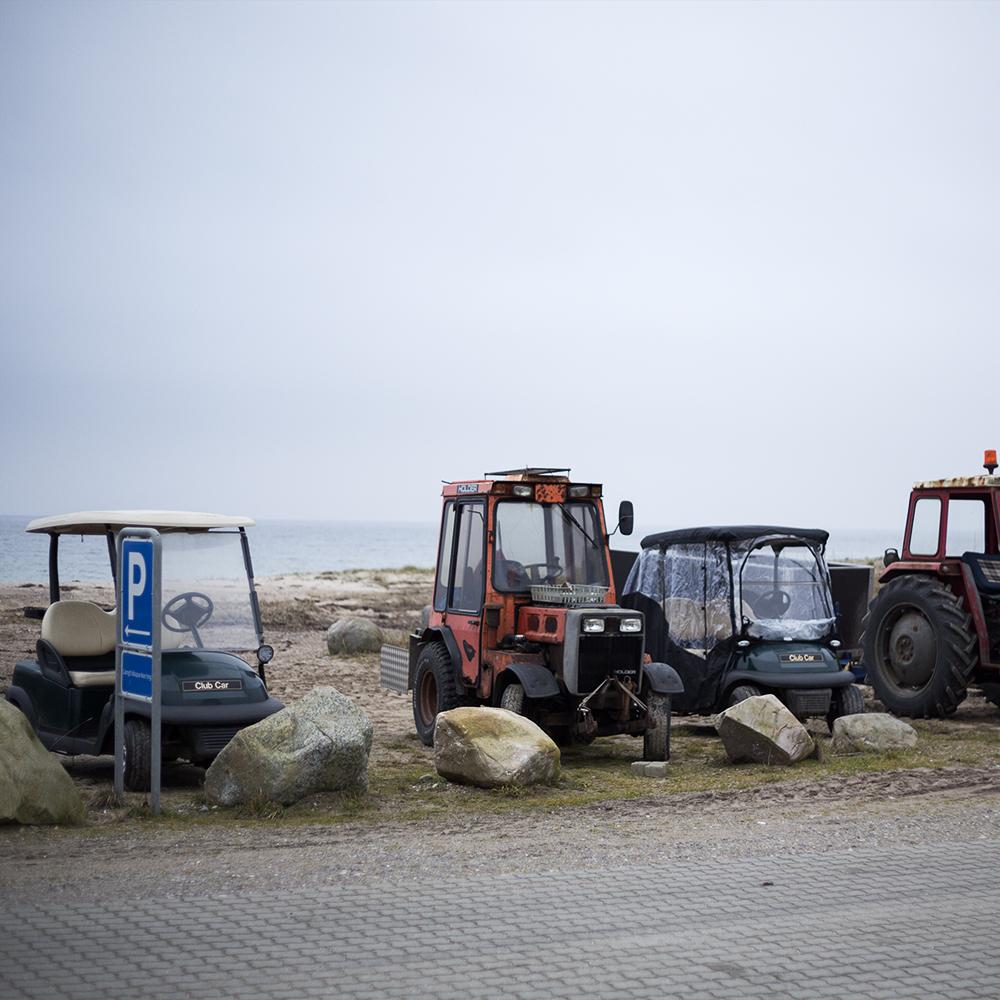 Tunø er en bilfri ø, derfor er de fortrukne køretøjer traktore og golfbil, der gennem de seneste år langsomt har erstattet knallerterne.